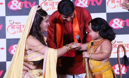 Manoj Tiwari seeks belssings from Bal Hanuman at the conference of Kahat Hanuman Jai Shri Ram